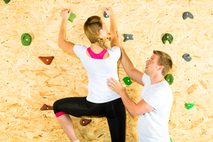 woman and man climbing in climbing gymの写真素材 [FYI00865988]
