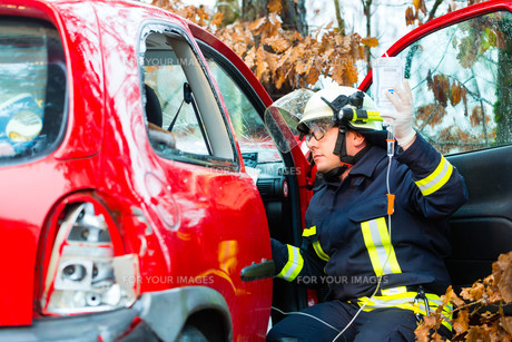 accident - fire rescue accident victims from carの写真素材 [FYI00865999]