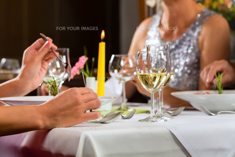 people eat in a restaurant or hotelの写真素材 [FYI00866005]