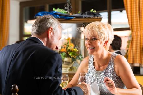 senior couple eating in a restaurantの写真素材 [FYI00866008]