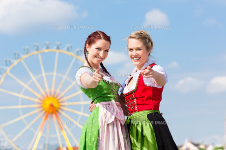 young women at the spring festival in a traditional dirndlの写真素材 [FYI00866026]