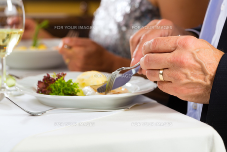 people eat in a restaurant or hotelの写真素材 [FYI00866034]