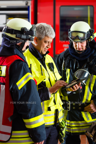 firemen - use planning on tablet computerの写真素材 [FYI00866035]