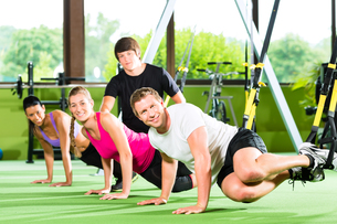 fitness - people in suspension trainingの写真素材 [FYI00866049]
