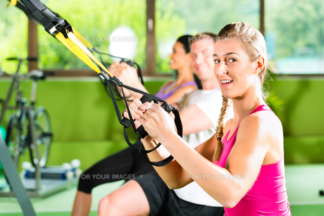 fitness - people in suspension trainingの写真素材 [FYI00866065]