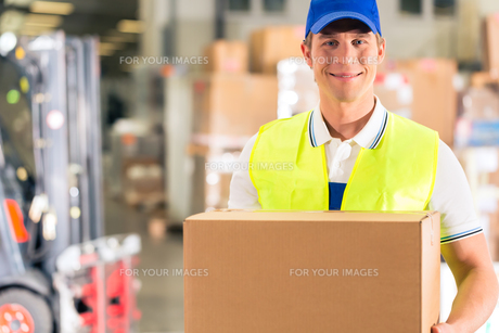 warehouse of freight forwarding keeps package in a warehouseの写真素材 [FYI00866069]