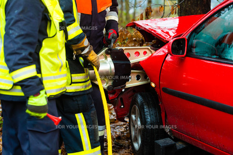 accident - fire rescue accident victims from carの写真素材 [FYI00866084]