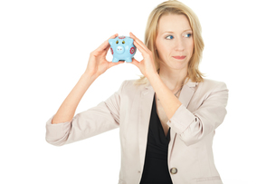 young woman with piggy bankの素材 [FYI00866136]