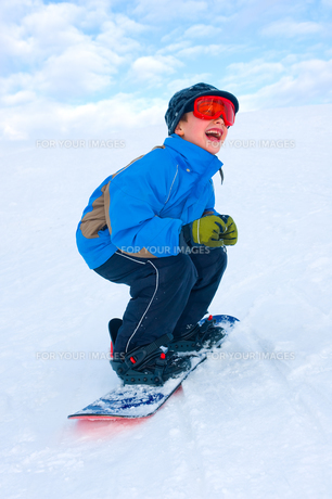 boy is snowboardingの写真素材 [FYI00866317]