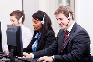 call center staff friendly with headphones on computerの写真素材 [FYI00866329]