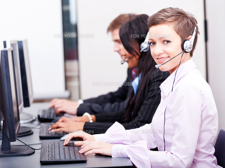 call center staff friendly with headphones on computerの写真素材 [FYI00866346]