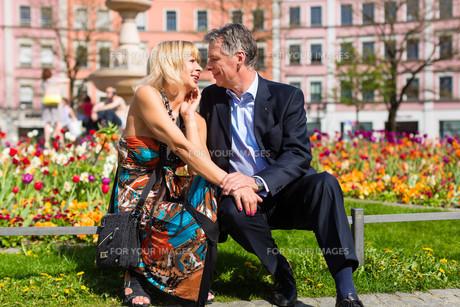 elderly couple in spring in the cityの写真素材 [FYI00866468]