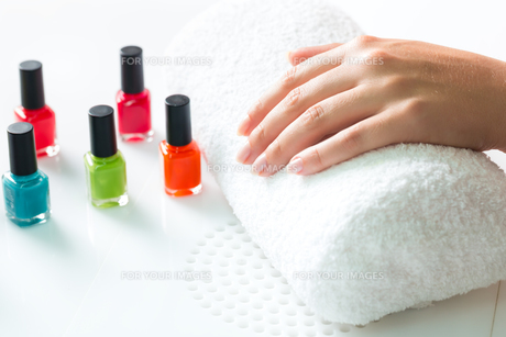 woman in nail salon gets manicuresの素材 [FYI00866494]