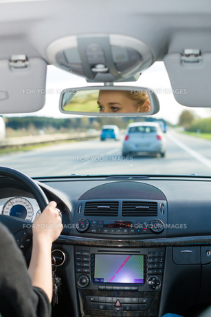 young woman drives a car on highwayの素材 [FYI00866503]