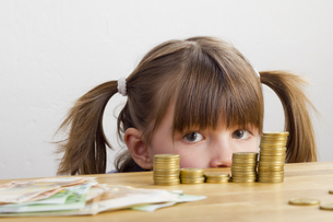 girl looking at money towersの写真素材 [FYI00866562]