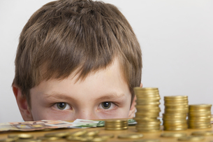 young amazed by a lot of moneyの写真素材 [FYI00866574]
