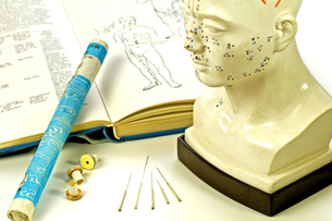 acupuncture needles with textbook,head model and moxa rollの写真素材 [FYI00866587]