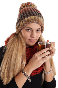 young woman with warm teaの写真素材 [FYI00866660]