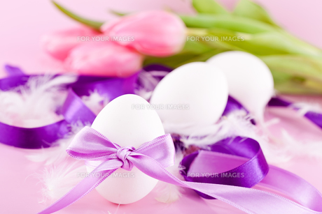 traditional easter decoration with egg loop tulips gift banの写真素材 [FYI00866669]