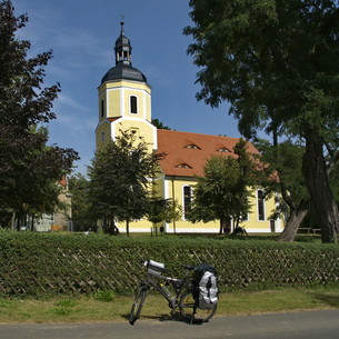 german cyclist church on the elbe cycle route in we?nigの素材 [FYI00866976]