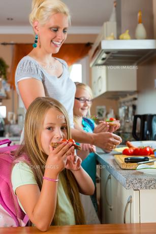 family - mother makes breakfast for schoolの写真素材 [FYI00867034]