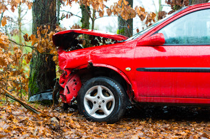 accident - car crashed into treeの写真素材 [FYI00867047]