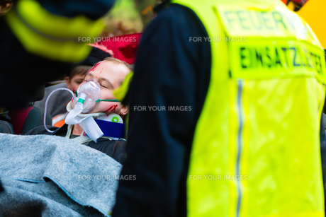 accident - fire department ventilated casualty on carryingの写真素材 [FYI00867056]