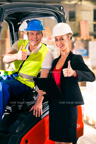 forklift driver and colleague,in storage of freight forwardingの素材 [FYI00867095]