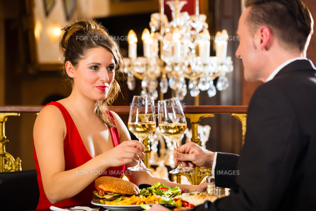 couple enjoying a romantic date at restaurantの写真素材 [FYI00867127]