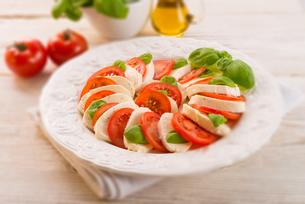 tomato with mozzarella cheese - selective sharpness-deepの写真素材 [FYI00867276]
