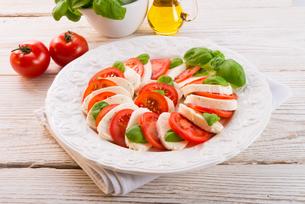 tomato with mozzarella cheeseの写真素材 [FYI00867285]