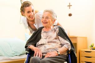 age and nursing - nurse and a senior citizen in a nursing homeの素材 [FYI00867932]