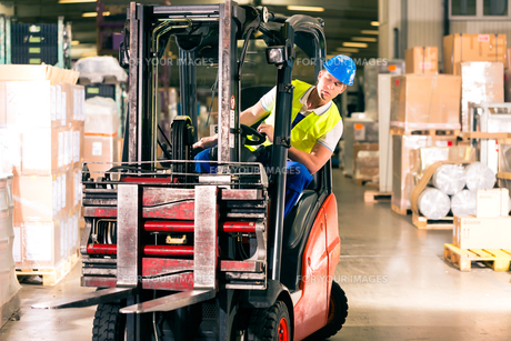 forklift operator in warehouse of speditionngの写真素材 [FYI00867975]