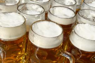 steins in the beer gardenの写真素材 [FYI00867989]