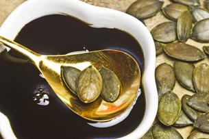 pumpkin seed oil and pumpkin seedsの写真素材 [FYI00868137]