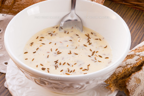 cook cheese with caraway seeds,homemadeの写真素材 [FYI00868170]
