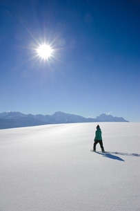 hiking in the snowの写真素材 [FYI00868466]