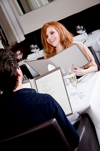 woman and man having dinner in the restaurantの写真素材 [FYI00868635]