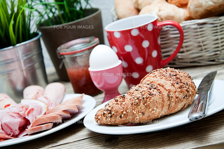 fresh breakfast croissant with tea and eggの写真素材 [FYI00868661]
