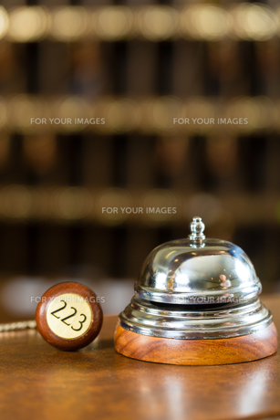 reception - hotel bell and room key on the counterの素材 [FYI00868742]