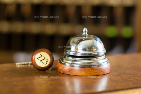 reception - hotel bell and room key on the counterの写真素材 [FYI00868743]