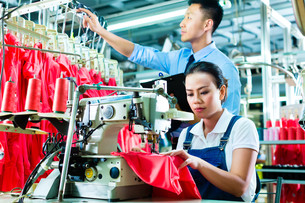 seamstress and shift supervisor in a textile factoryの写真素材 [FYI00868745]