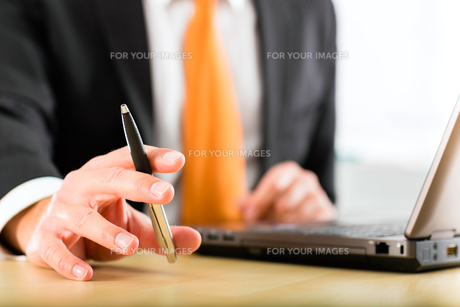 businessman with laptop in his officeの写真素材 [FYI00868748]