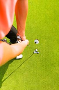 golfer playing golf at puttingの写真素材 [FYI00868798]