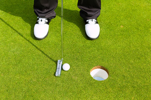 golfer playing golf at puttingの写真素材 [FYI00868799]