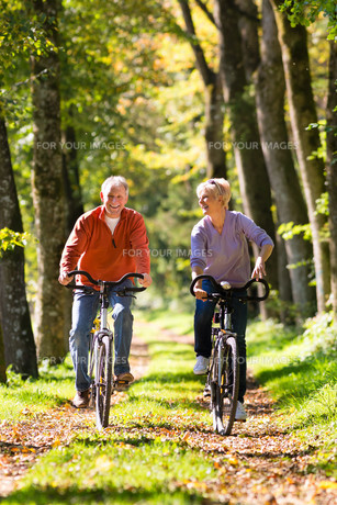 seniors playing sports with bicycleの素材 [FYI00868802]