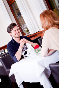 woman and man having dinner in the restaurantの写真素材 [FYI00868973]