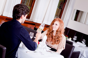 woman and man having dinner in the restaurantの写真素材 [FYI00868982]