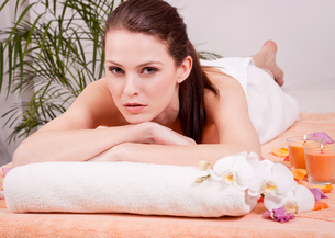 therapist massaging a young attractive woman wellness spa health relaxationの写真素材 [FYI00869023]