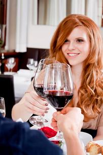 woman and man having dinner in restaurantの写真素材 [FYI00869046]